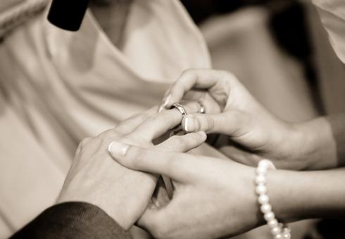 Россияне выступают за официальный брак — ВЦИОМ
