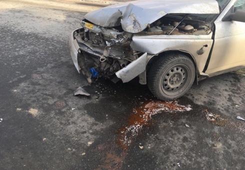Вцентре города грузовой автомобиль протаранил легковушку исбил подростка натротуаре