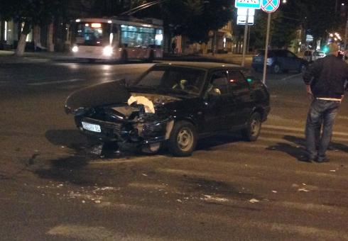 Ночью наМосковской разбились два «ВАЗа». Пострадала автоледи
